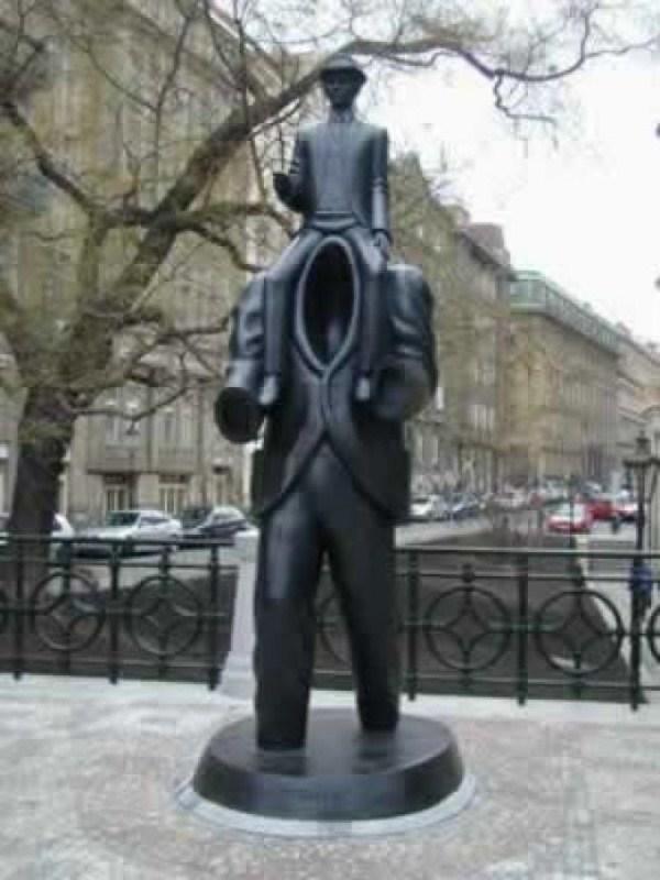 bizarre-wtf-statues (12)