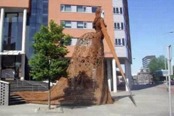bizarre-wtf-statues (13)