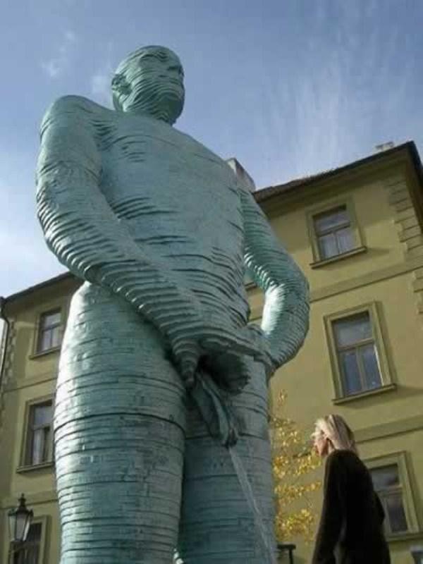 bizarre-wtf-statues (16)