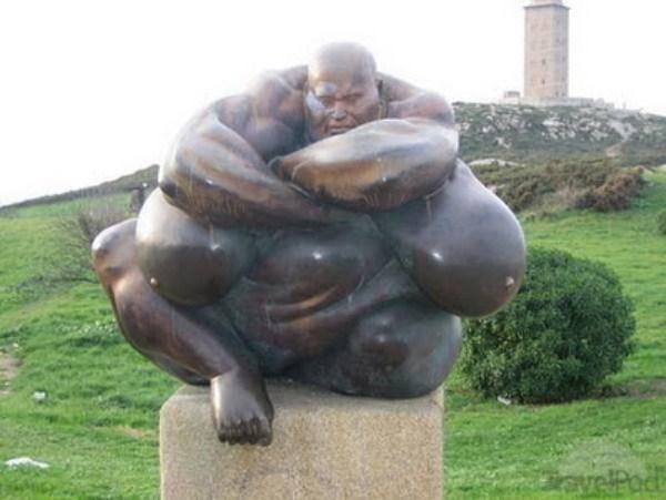 bizarre-wtf-statues (27)