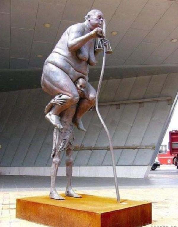 bizarre-wtf-statues (38)