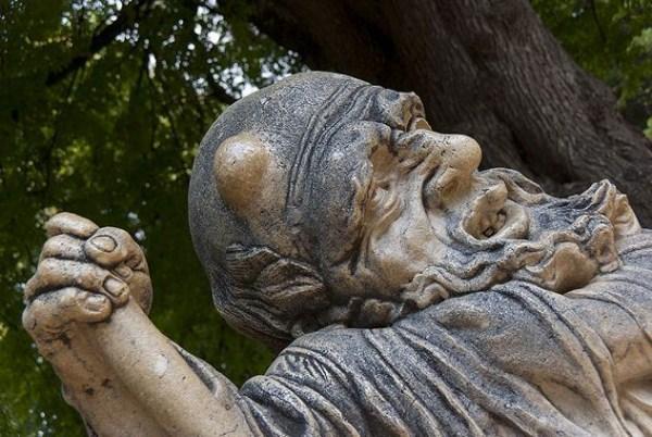 bizarre-wtf-statues (4)