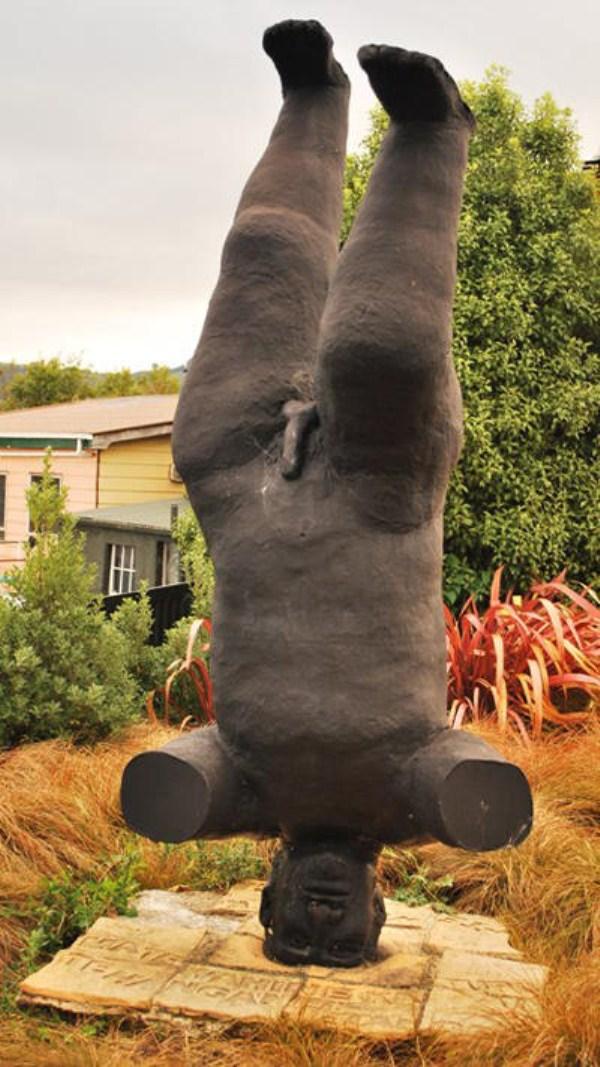 bizarre-wtf-statues (56)