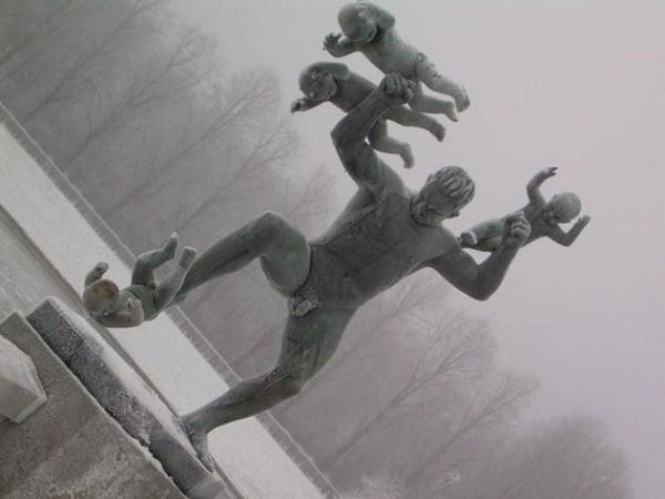 bizarre-wtf-statues (6)