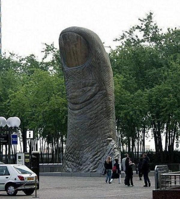 bizarre-wtf-statues (62)