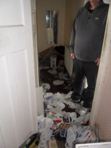 Inside an Extremely Dirty Apartment (21 photos) 14