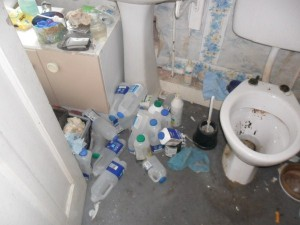 Inside an Extremely Dirty Apartment (21 photos) 19
