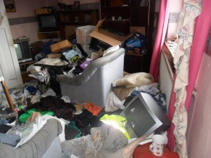 Inside an Extremely Dirty Apartment (21 photos) 4