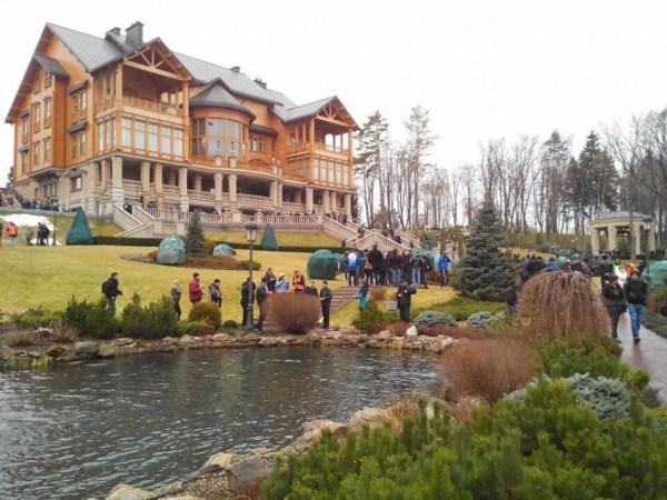 viktor yanukovych residence 1 pictures
