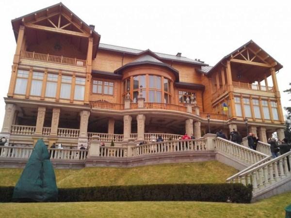 viktor yanukovych residence 3 pictures
