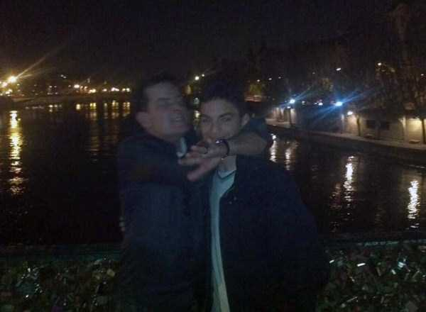 A Bunch Of Kids Stumbled Upon A Drunk Charlie Sheen In Paris (8 photos) 2