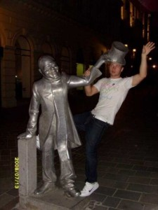 People Having Fun With Statues (42 photos) 25