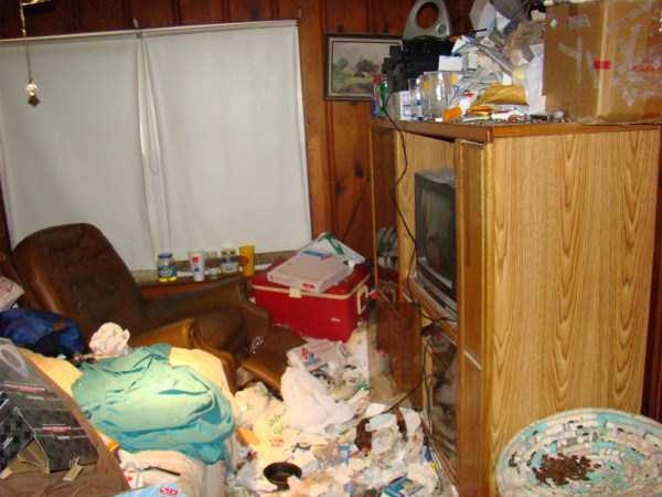 house-in-total-mess (30)