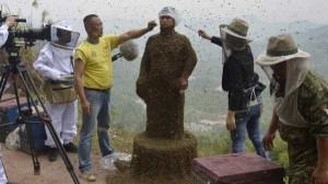 Chinese Beekeper Covers Himself With 460,000 Bees (12 photos) 4