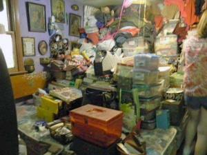 Abandoned House Turned Into Massive Garbage Dump (23 photos) 1