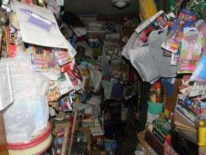 Abandoned House Turned Into Massive Garbage Dump (23 photos) 11