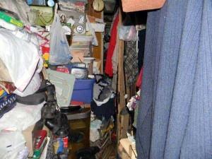 Abandoned House Turned Into Massive Garbage Dump (23 photos) 12