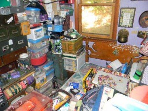 Abandoned House Turned Into Massive Garbage Dump (23 photos) 15