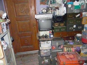Abandoned House Turned Into Massive Garbage Dump (23 photos) 16