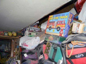 Abandoned House Turned Into Massive Garbage Dump (23 photos) 17