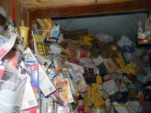 Abandoned House Turned Into Massive Garbage Dump (23 photos) 18
