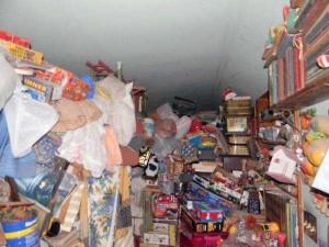 Abandoned House Turned Into Massive Garbage Dump (23 photos) 19