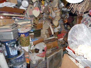 Abandoned House Turned Into Massive Garbage Dump (23 photos) 21
