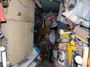 Abandoned House Turned Into Massive Garbage Dump (23 photos) 6