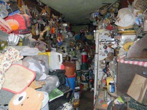 Abandoned House Turned Into Massive Garbage Dump (23 photos) 7