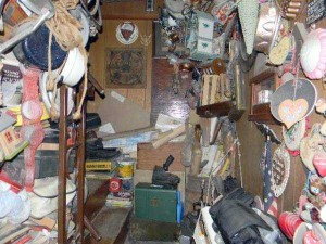 Abandoned House Turned Into Massive Garbage Dump (23 photos) 8