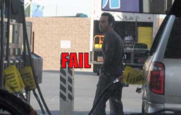 weird-people-at-gas-stations (15)