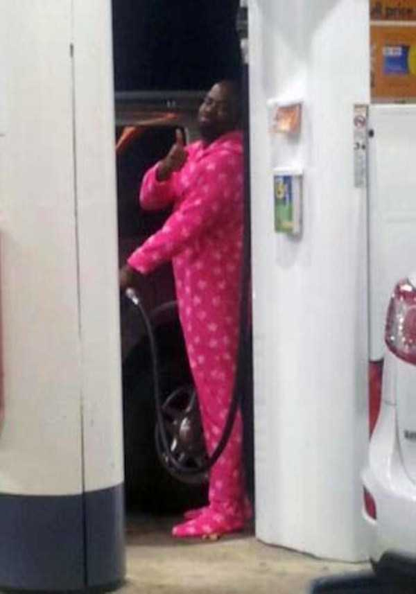 weird-people-at-gas-stations (16)