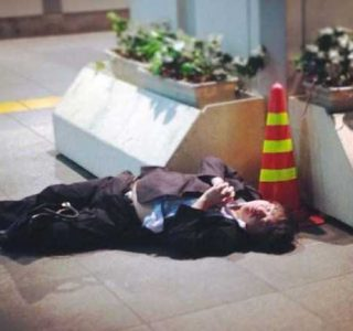 Drunk Japanese Businessmen Can Sleep Anywhere (31 photos)