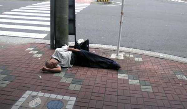 japanese-businessmen-pass-out (15)