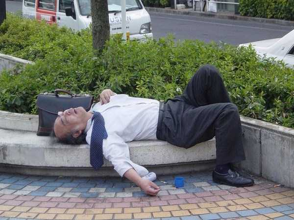 japanese-businessmen-pass-out (16)