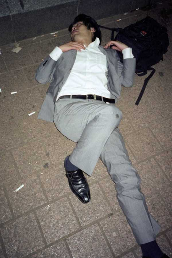 japanese-businessmen-pass-out (23)