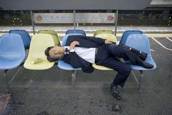 japanese-businessmen-pass-out (4)