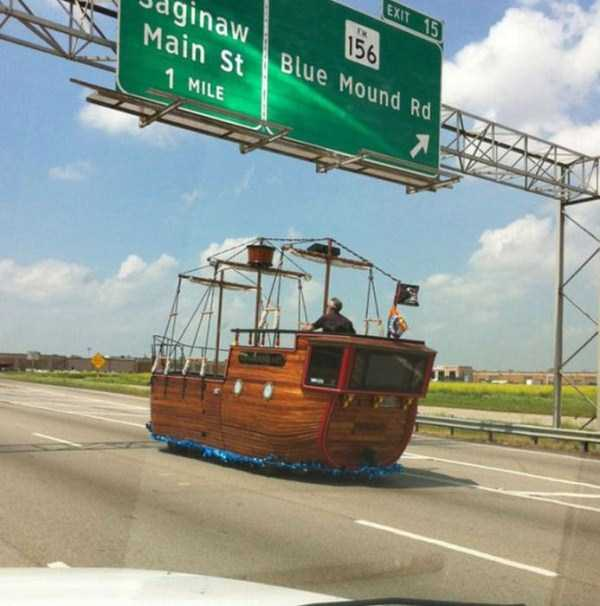 the-strangest-things-you-will-see-on-the-road-15