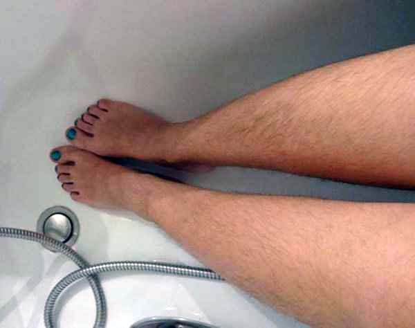 women-showing-off-their-hairy-legs-16