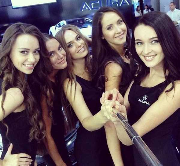 hot-girls-at-moscow-car-show (10)