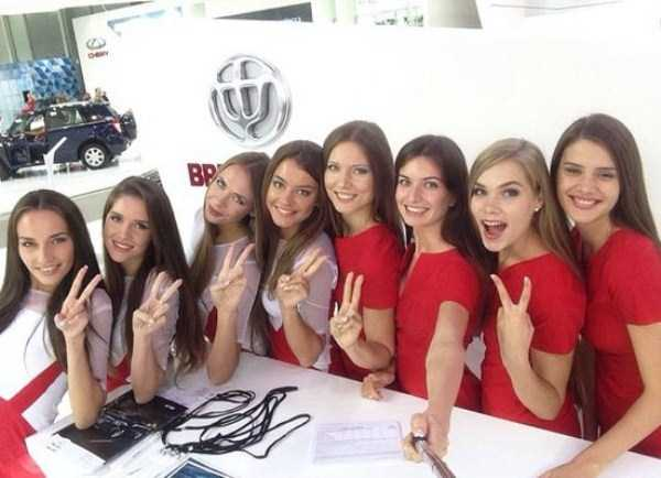 hot-girls-at-moscow-car-show (3)