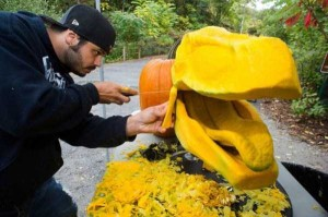 T-Rex's Head Made From Carved Pumpkin (8 photos) 4