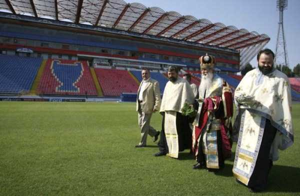 romanian-priests-blessing-(23)
