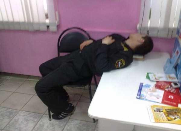 people-can-sleep-everywhere (21)