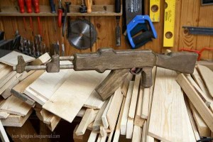 Legendary AK-47 Machine Gun Made Entirely out of Wood (24 photos) 24