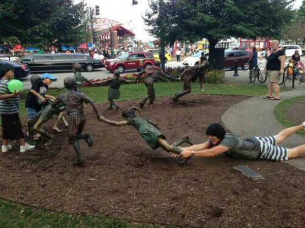 having-fun-with-statues (12)