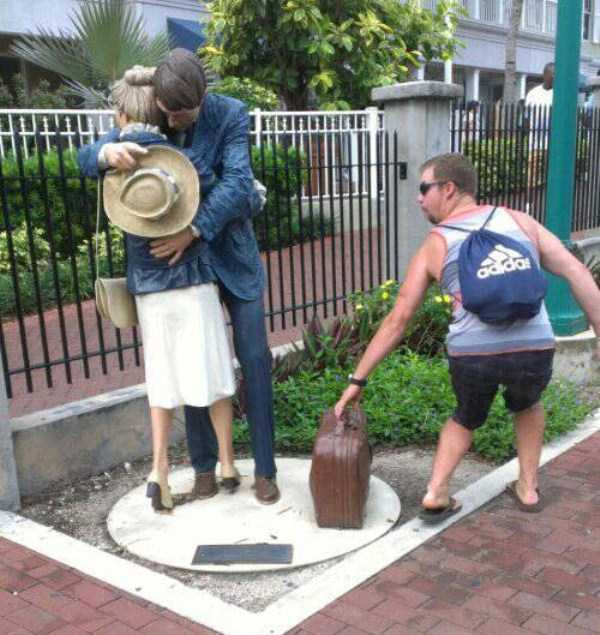 having-fun-with-statues (13)