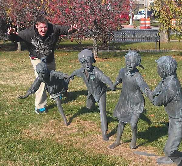having-fun-with-statues (19)