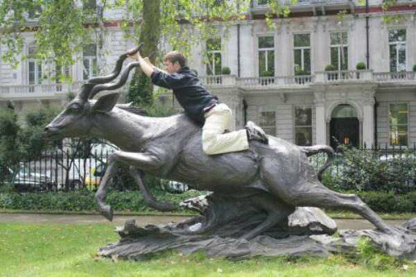 having-fun-with-statues (22)