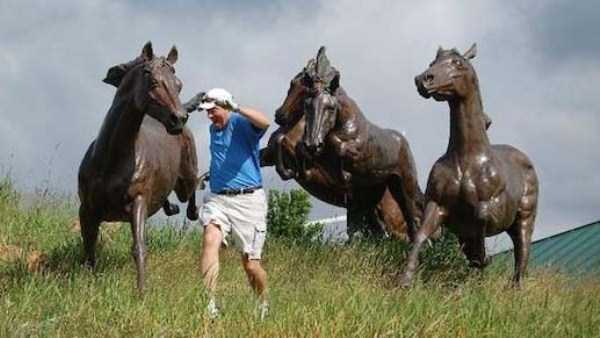 having-fun-with-statues (24)